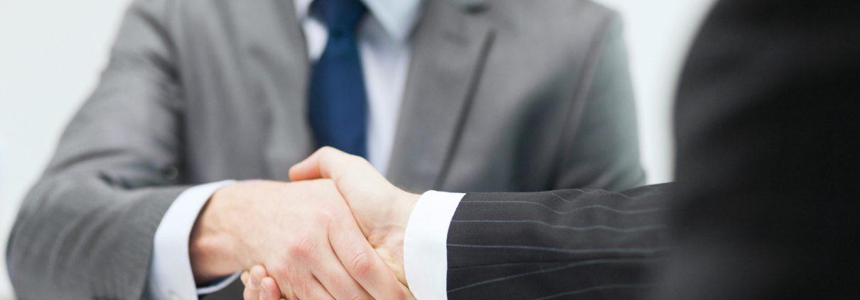 Geschäftsmann und M&A Berater beim Business Handshake